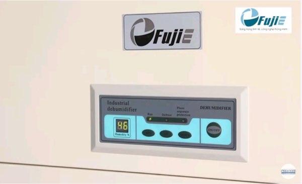 Bảng điều khiển của máy hút ẩm Fujie HM-2408D