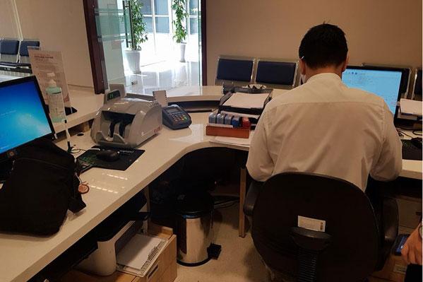 Máy đếm tiền Silicon MC-8600 tại văn phòng